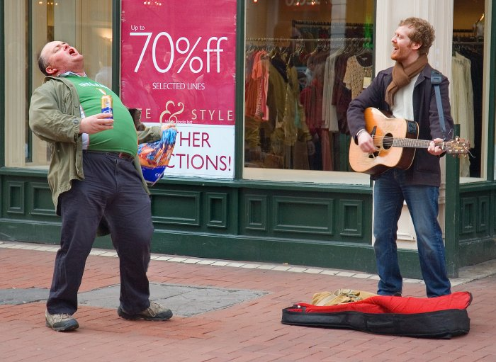 So mancher Passant wird durch die Straßenmusik angeregt