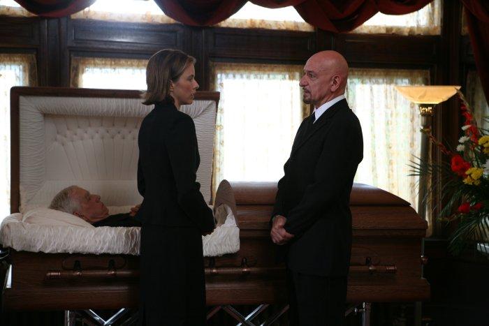 Laurel Pearson (Téa Leoni) nimmt Abschied vom Stiefvater