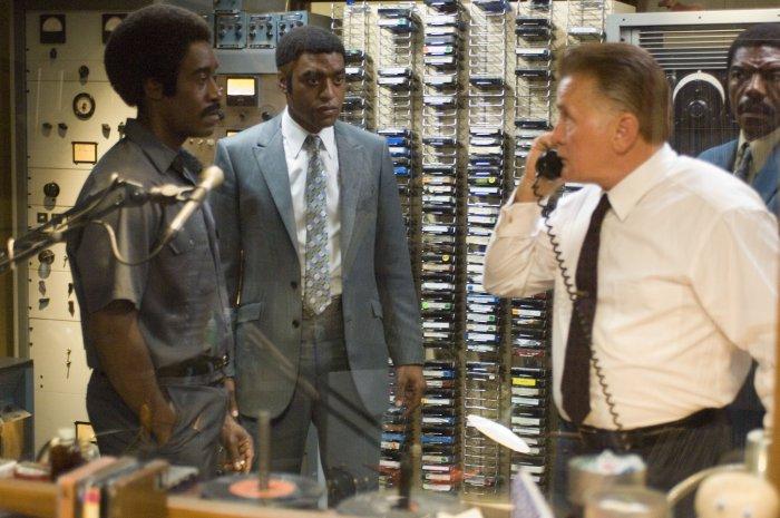 Petey und Dewey mit ihrem Boss E.G. Sonderling (Martin Sheen)