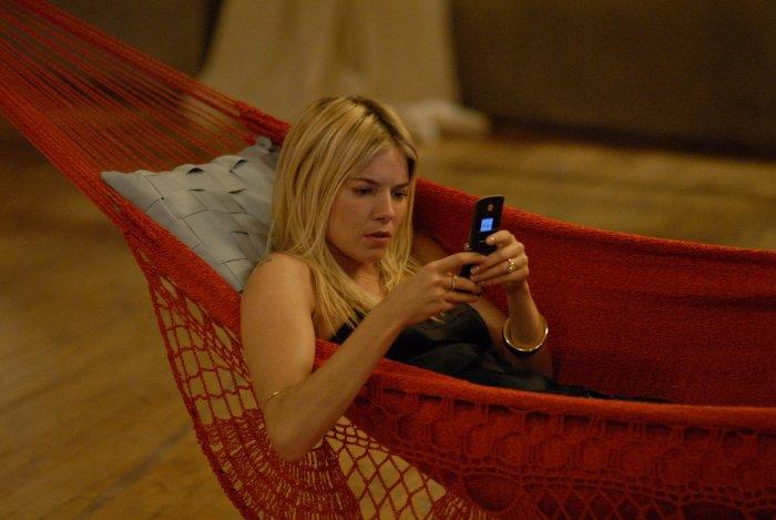 Katya (Sienna Miller) unterbricht das Gespräch für einen Anruf