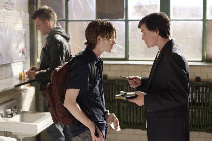 Murphy Bivens (Tyler Hilton) und Charlie versorgen Kip Crombwell (Mark Rendall)