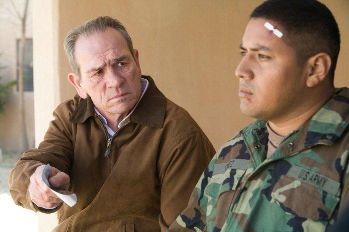 Hank Deerfield (Tommy Lee Jones) stößt auf Misstrauen