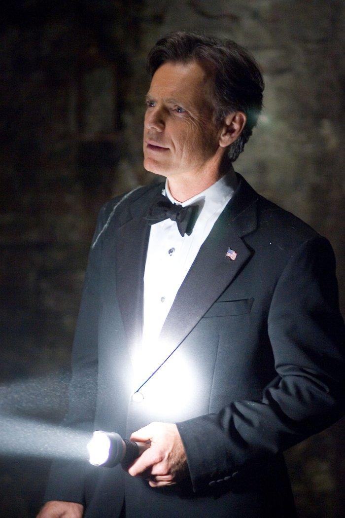 Auch der Präsident himself (Bruce Greenwood) versucht Licht ins Dunkel zu bringen
