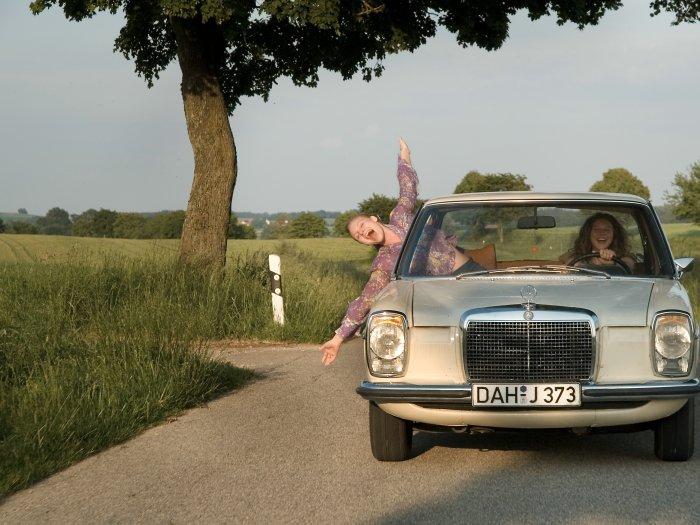 Jo (Rosalie Thomass) und Kati (Anna Maria Sturm) wollen raus aus Tandern