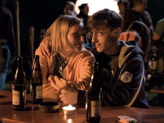Jo hat sich in Toni (Volker Bruch) verliebt