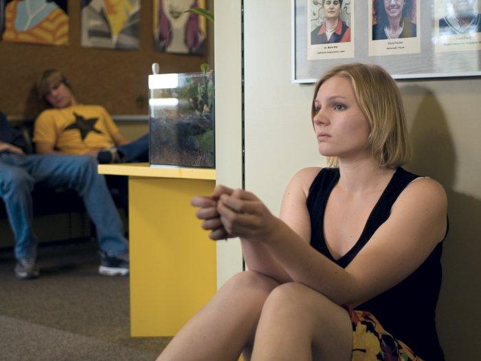 Jo wartet gespannt auf ihre Noten