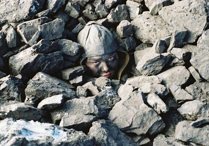 Bagi ist unter Steinen begraben
