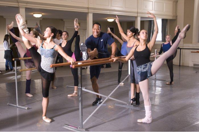 Joe wird von Monique Vasquez (Roselyn Sanchez) ans Ballett herangeführt