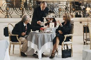 It's Tea Time: Louis Ruinard (Jean Rochefort) und Alice d'Abanville (Charlotte Rampling)