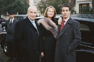 Alice zwischen Lord Evelyn (Ian Richardson) und Paul Gaylord (James Thiérrée)
