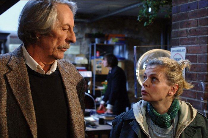 Louis mit seiner Assistentin Rageaud (Isabelle Nanty)