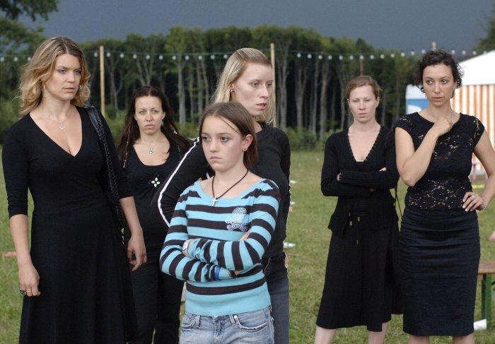Die Frauen haben mit Daphne (Ina Strnad) die Beisetzung verlassen