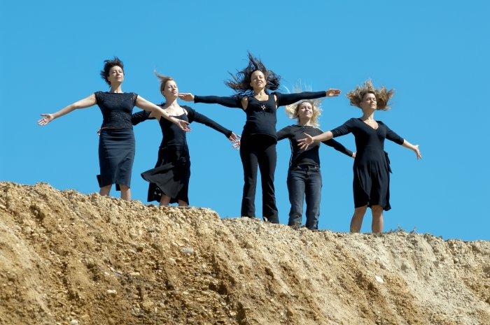 Die fünf Frauen lassen sich den Wind um die Nase wehen