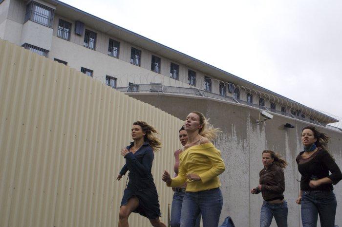 Die Freundinnen vor dem Knast