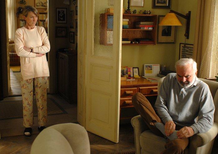 Eliska (Daniela Kolárová) betrachtet ihren Mann mit Argwohn