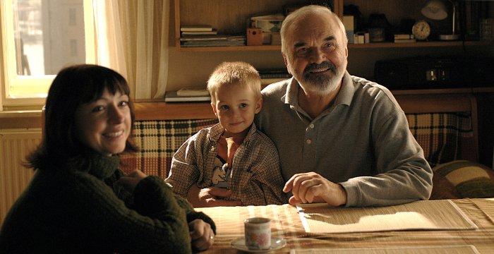Tochter Helenka, Enkel Tomík (Robin Soudek) und sein Opa Josef