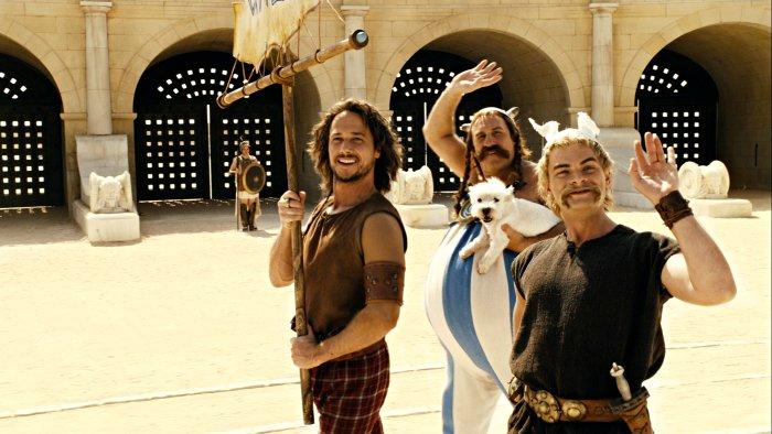 Romantix (Stéphane Rousseau) zieht mit Asterix und Obelix ins Stadion ein