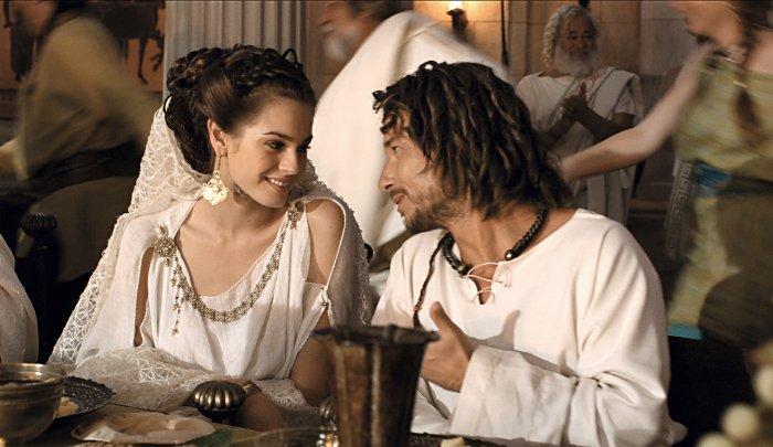 Irina schenkt ihrem Verehrer Romantix Gehör und ein Lächeln