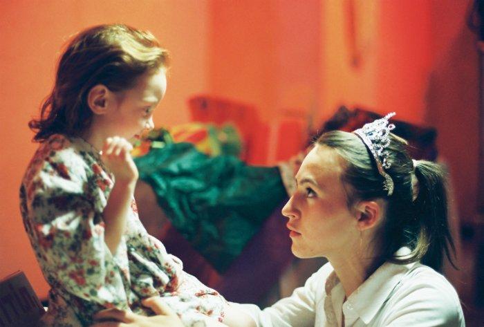 Das Mädchen (Nikol Leidmann) rührt Batyas (Sarah Adler) Herz