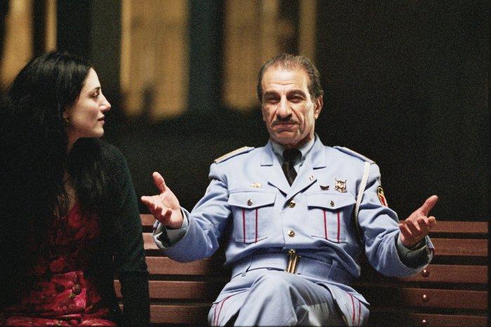 Dina (Ronit Elkabetz) mit ihrem Gast Tewfiq (Sasson Gabai)