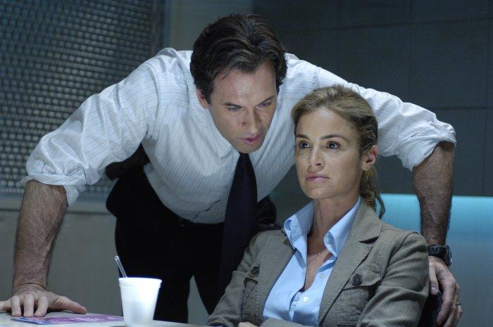 Agent Strahm (Scott Patterson) verhört Kramers Ex-Frau Jill (Betsy Russell)