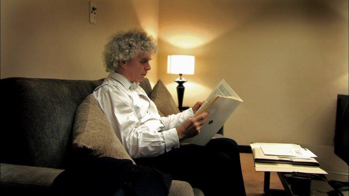 Sir Simon Rattle studiert die Partitur