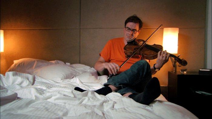 Martin Stegner übt im Hotelzimmer