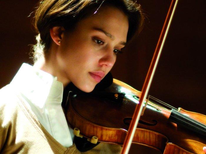 Sydney Wells (Jessica Alba) vertieft sich in die Musik