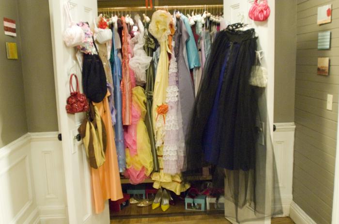 27 Kleider im Schrank
