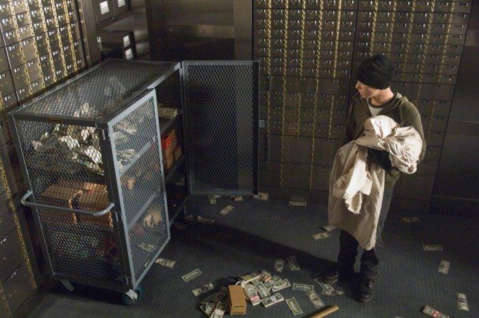David (Max Thieriot) räumt einen Tresor aus