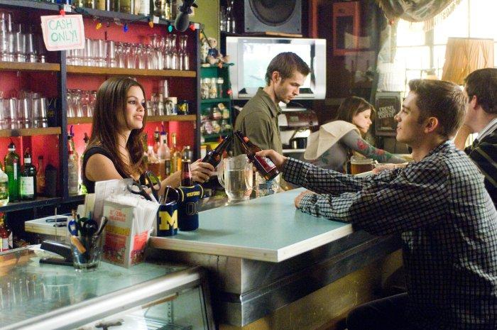 Millie (Rachel Bilson) freut sich über das Wiedersehen
