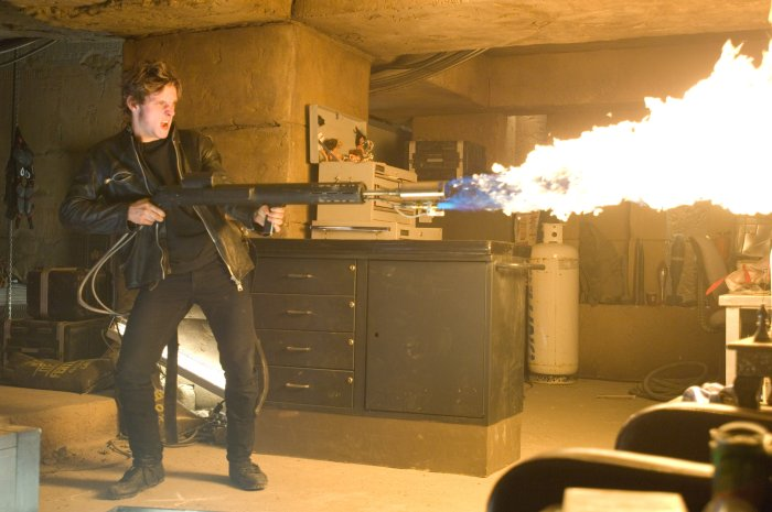 Griffin (Jamie Bell) macht seinem Gegner Feuer
