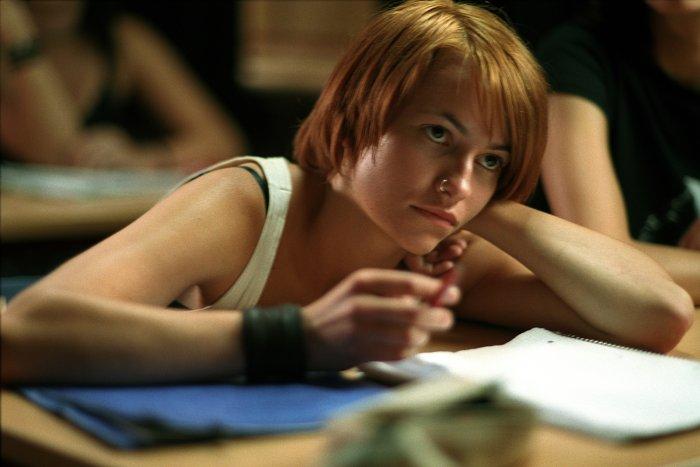 Lena (Elinor Lüdde) hält nicht viel von Schule