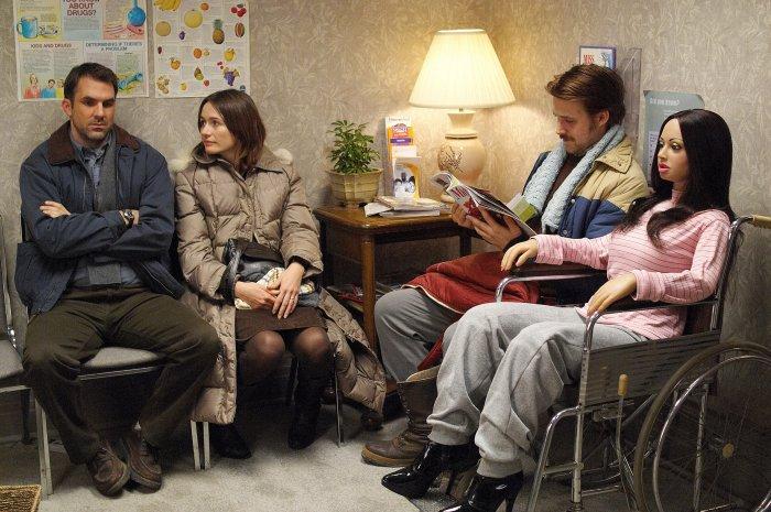 Gus (Paul Schneider) und Karin (Emily Mortimer) begleiten Lars und Bianca