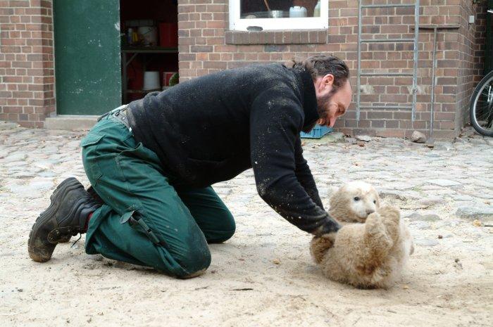 Thomas Dörflein hat Spaß mit Knut