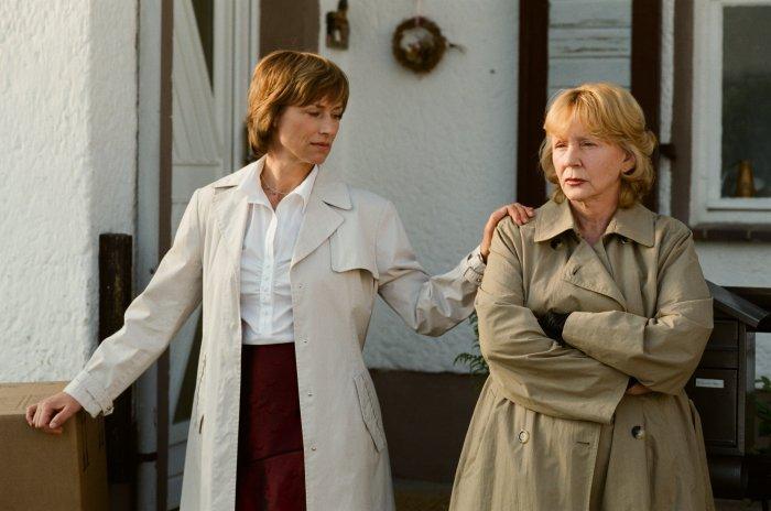 Iris (Corinna Harfouch) und Silvia (Christine Schorn)