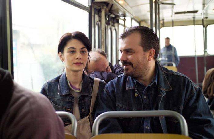 Zana (Labina Mitevska) mit Janko (Nikola Kojo) im Bus