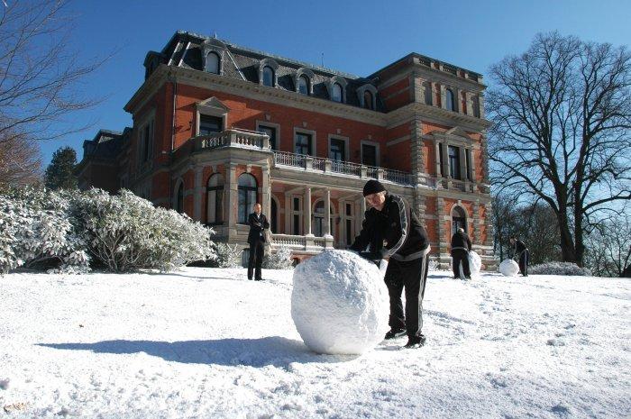 Schnee-Treiben vor der Villa