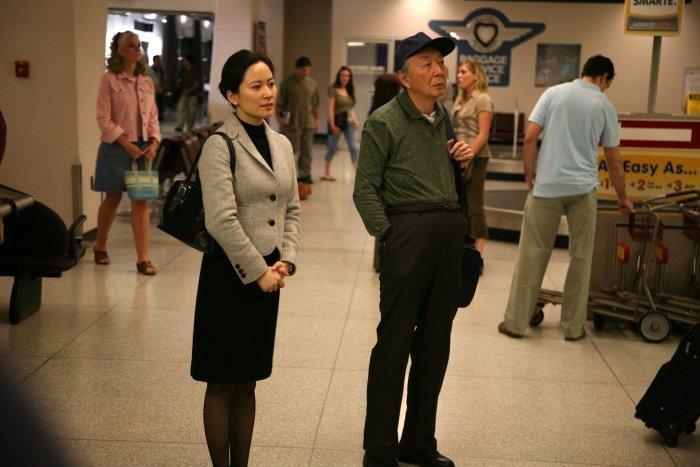 Widriges Willkommen: Yilan (Feihong Yu) und Mr. Shi (Henry O) am Airport