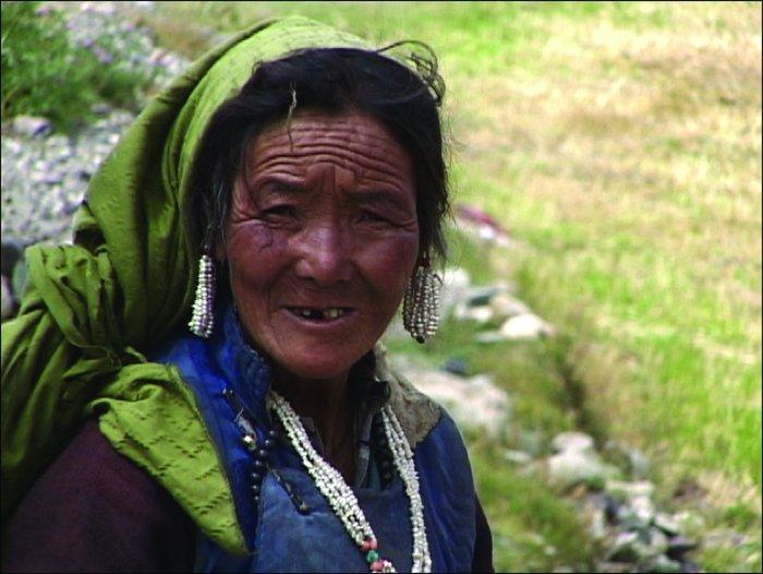 Tibeterin bei der Feldarbeit