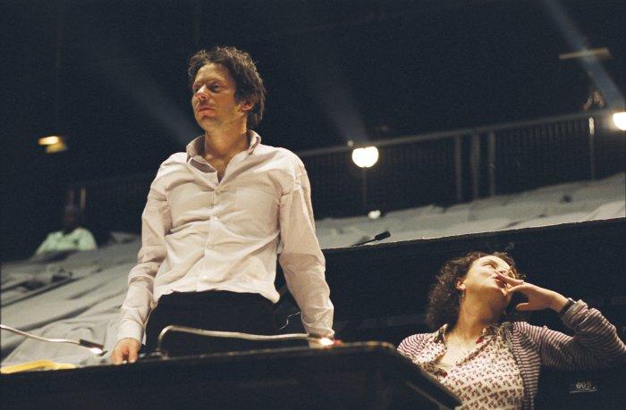 Denis (Mathieu Amalric) mit Assistentin Nathalie (Noémie Lvovsky)