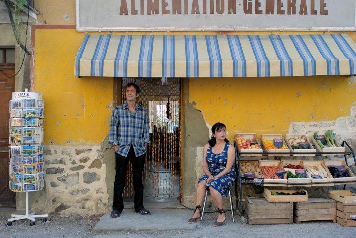 Vater (Daniel Duval) und Mutter (Jeanne Goupil) vor ihrem Laden