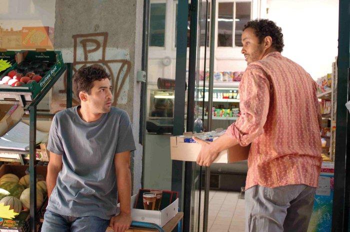 Antoine lernt von Hassan (Chad Chenouga) einiges übers Geschäft