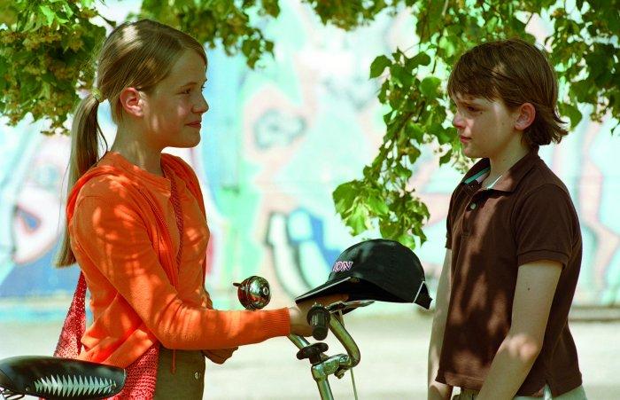 Silke (Lea Eisleb) gibt Martin die Blöde Mütze