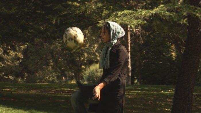Mit Fußball und Kopftuch