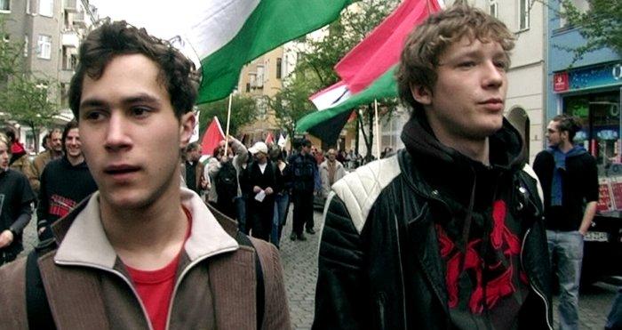 Pelle (Ludwig Trepte) und Jacob (Jacob Matschenz) bei der Demo