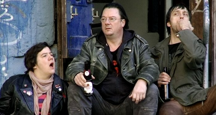 Spezi (Bärbel Schwarz) und Buddy (Frank Seppeler) lauschen Harry
