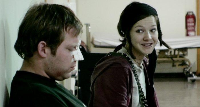 Der lädierte Uwe mit Ratte (Hannah Herzsprung) im Urban-Krankenhaus