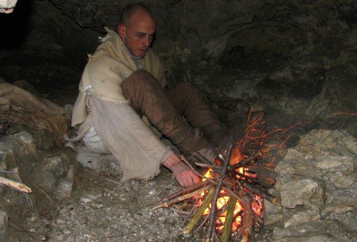 Konrad (Philipp J. Sprongl) am Lagerfeuer