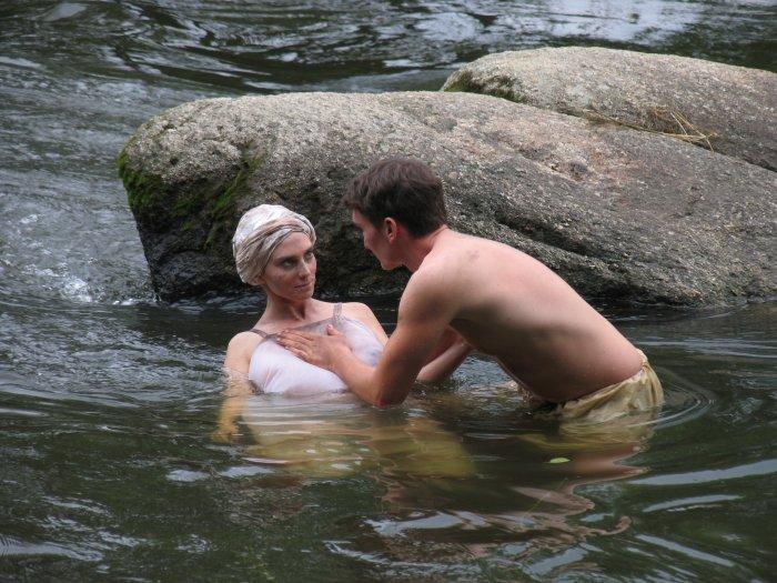 Agnes mit Heiner (Till Klewitz) am Fluss